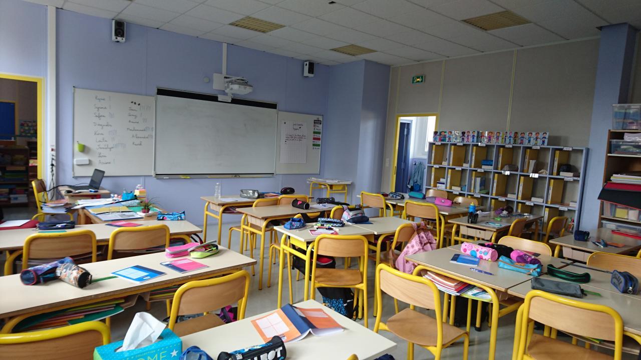 Salle de classe avec vidéoprojecteur