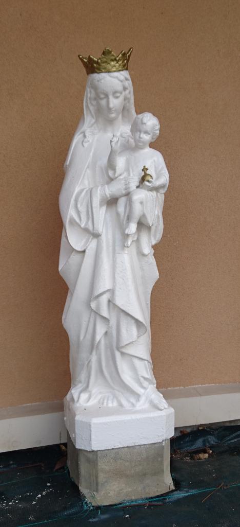 Vierge devant le bâtiment des Maternelles